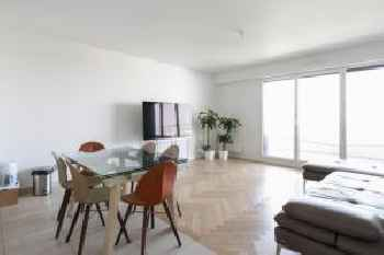 Spacious 4-rooms with terrace and parking close to Paris 201
